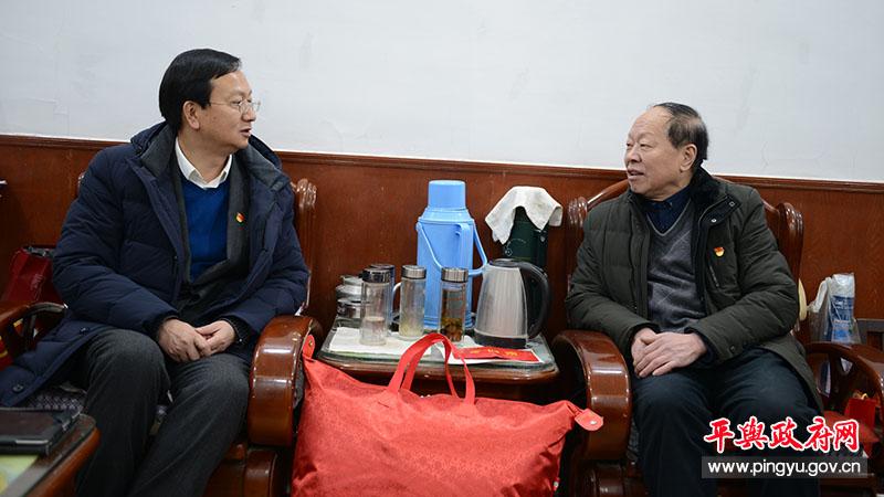 平舆县委副书记、县长赵峰春节走访慰问老干部和特困党员