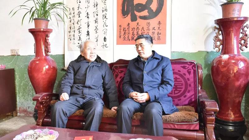 平舆县委书记张怀德春节前看望慰问老干部
