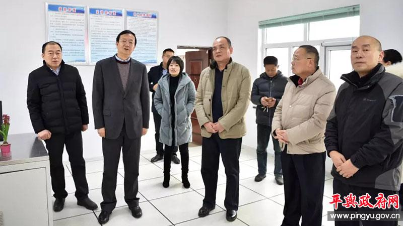 平舆县委副书记、县长赵峰看望慰问春节期间值班干部职工