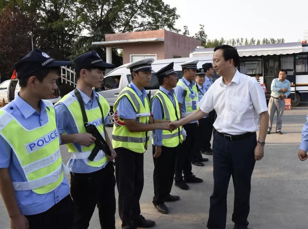 平舆县委副书记、县长赵峰走访慰问一线工作人员