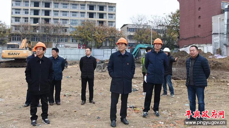 平舆县委书记张怀德,县委副书记、县长赵峰就挚湖治理工作进行现场办公