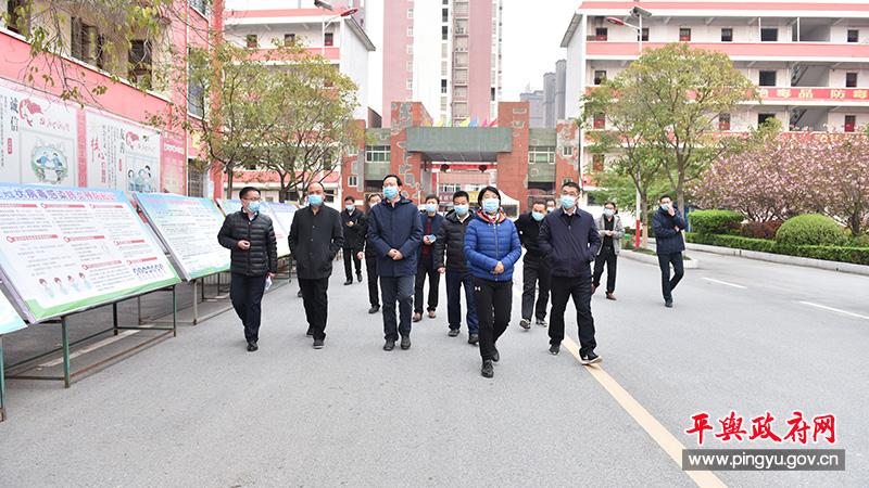 平舆县委副书记、县长赵峰就开学前准备工作进行现场办公