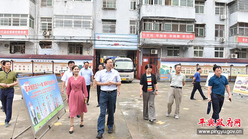 平舆县委副书记、县长赵峰看望慰问一线教育工作者